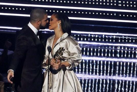 Drake declara-se a Rihanna