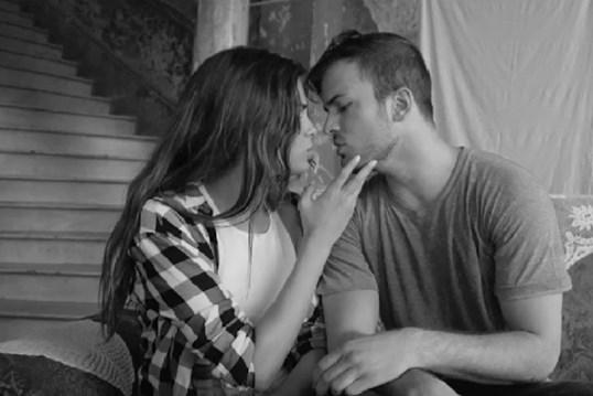 Beijos e cenas quentes em novo videoclipe de David Carreira