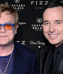 Elton John esconde traição do marido