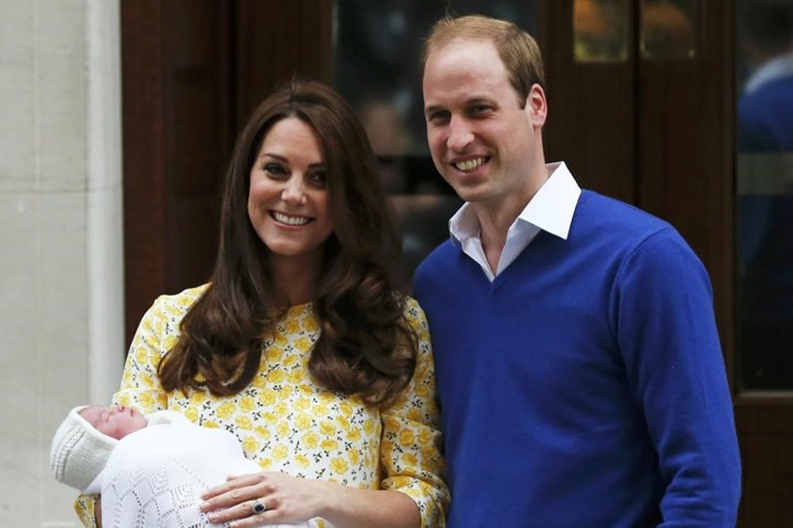 Ao colo dos pais, William e Kate, à saída do hospital