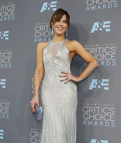 Kate Beckinsale: brilho e prata