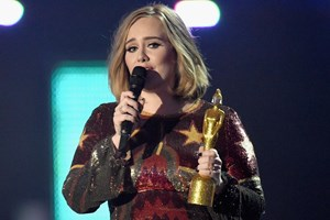Adele arrasa nos BRIT Awards
