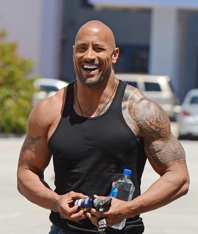 The Rock arrasa atores