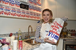 Scarlett Johansson serve pipocas em Paris