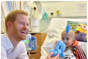 Príncipe Harry visita hospital pediátrico