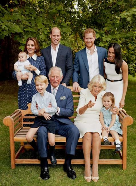 Príncipe Carlos com Camila Parker Bowles, os filhos, William e Harry, as cunhadas, Kate Middleton e Meghan Markle, e os netos (filhos de William)