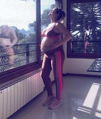 Orgulhosa, Katia Aveiro exibe barriga de grávida