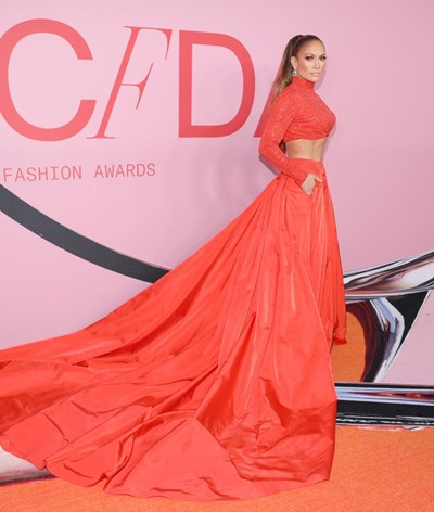 Jennifer Lopez e Gigi Hadid deslumbram nos CFDA Fashion Awards
