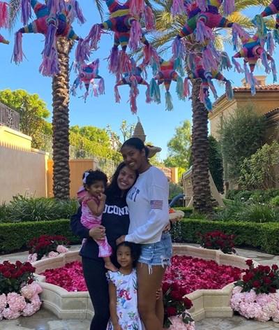 Mulher de Kobe Bryant mostra primeiros passos da filha quatro meses após o acidente fatal