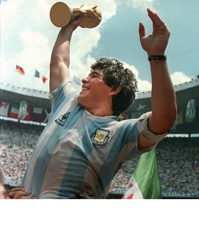"""Famosos choram a morte de Maradona: """"Que possamos jogar à bola juntos no céu"""""""