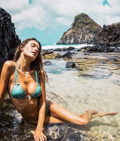 Alessandra Ambrósio seduz em férias escaldantes