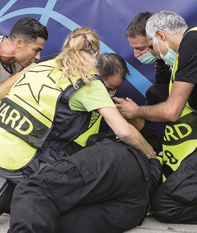 Cristiano Ronaldo conforta segurança após bolada